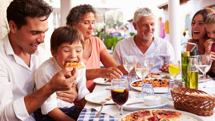 صورة تناول الطعام مع العائلة للحفاظ على صحة الطفل وللتحكم بوزنه