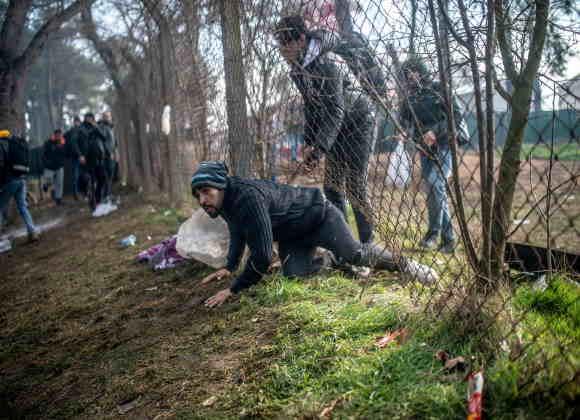 """صورة الحدود بين تركيا واليونان """"ساحة معركة"""" لمنع آلاف المهاجرين من بلوغ أوروبا.. و13 ألف مهاجر على الاقل على الحدود بين البلدين"""