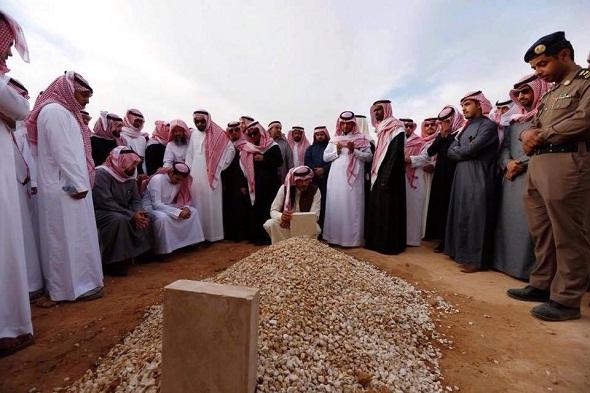 صورة شخصان منعا بأمر الملك سلمان بن عبد العزيز من حضور جنازة الملك عبد الله