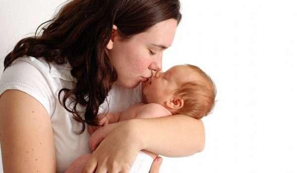 صورة تقبيل الاطفال من الفم .. ما هي أضراره ؟