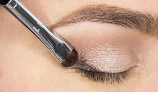 صورة مكياج العيون.. و اضراره وكيف نستخدمه بأمان