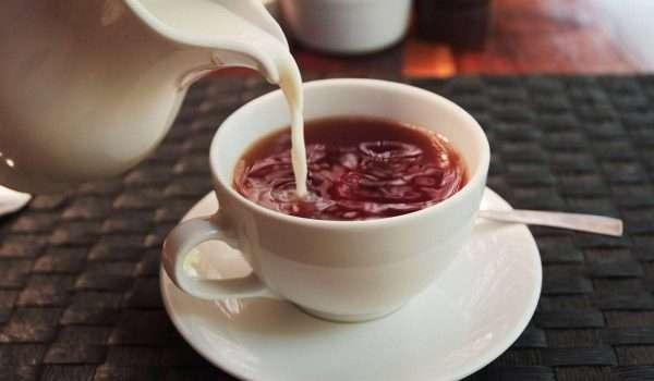صورة دراسة: إضافة الحليب للشاي تفقده فوائده الصحية