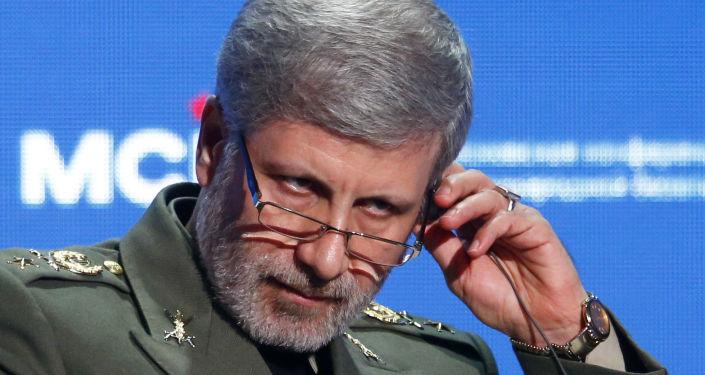 """صورة وزير الدفاع الإيراني يتحدث عن خطأ """"حكام الإمارات"""" بحق المنطقة"""