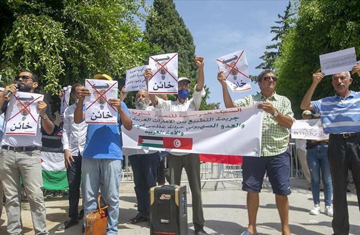 صورة إعلامي تونسي يمزق صور ابن زايد ونتنياهو على الهواء (شاهد)