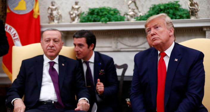 صورة ترامب يبحث التوتر في البحر المتوسط مع زعيمي تركيا واليونان