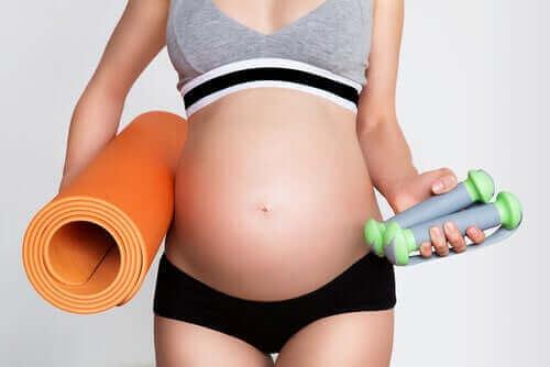 صورة التمارين والحمل: أشياء يجب أن تضعيها في اعتبارك