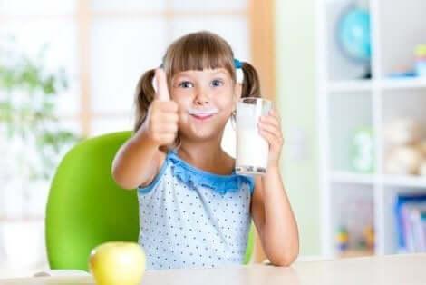 طفلة تشرب حليب