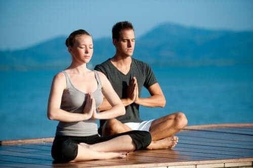 صورة فوائد ممارسة اليوجا مع شريكك