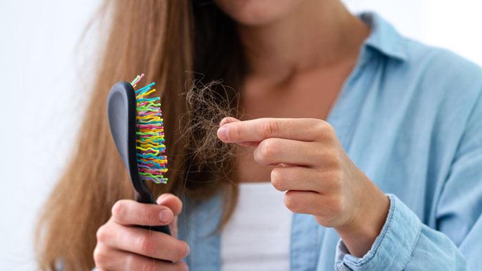 صورة أسباب تساقط الشعر، وأنواعه