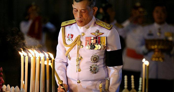 """صورة ملك تايلاند يعيد زوجته إلى الأسرة الملكية بعدما تبين أنها """"غير ملوثة"""""""