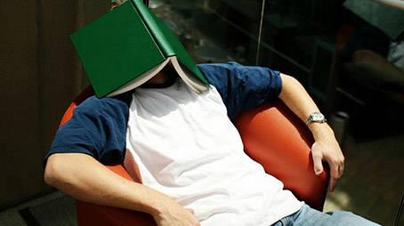 صورة الشباب والقراءة.. أسباب العزوف وسبل العلاج
