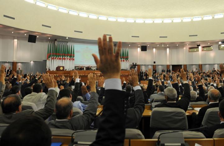 صورة تساؤلات حول أهلية برلمان الجزائر لمناقشة الدستور الجديد