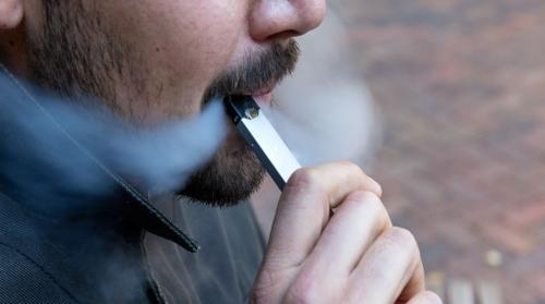 صورة تحذير طبيب سعودي من خطر السجائر الإلكترونية بعد ارتفاع عدد الوفيات إلى نحو 12 وحظرها في واحد من أكبر أسواقها عالمياً