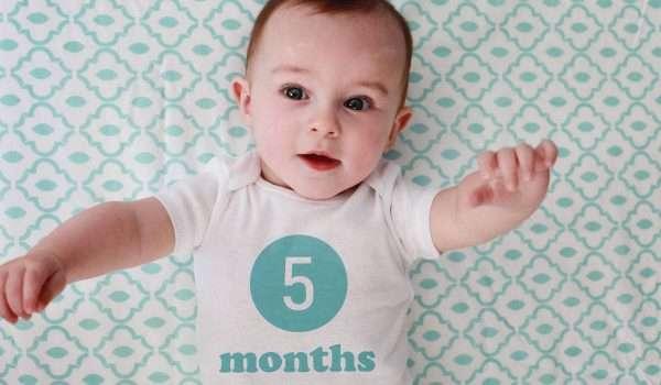صورة الطفل في الشهر الخامس وأهم علامات النمو