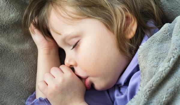 صورة مص الاصبع عادة قد تضر بطفلك: ماهي الأسباب؟ وطرق العلاج
