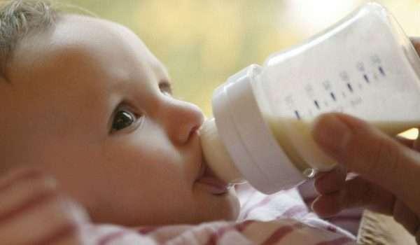 صورة تحذير.. لا تعطي الحليب الصناعي للطفل الرضيع بعد 24 ساعة!