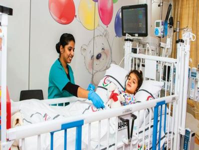 صورة فتاة إماراتية بعمر 3 أعوام تتعافى بعد أن علقت داخل السيارة لمدة أربع ساعات