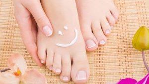 صورة علاج تشقق القدمين بالفازلين