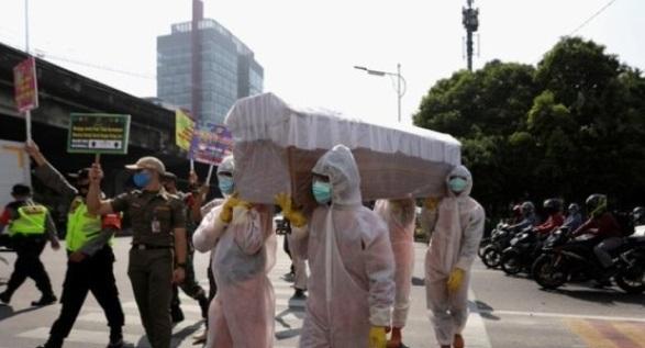 """صورة إندونيسيا تعاقب مخالفي قواعد السلامة الصحية بـ""""إجراء مرعب""""!"""