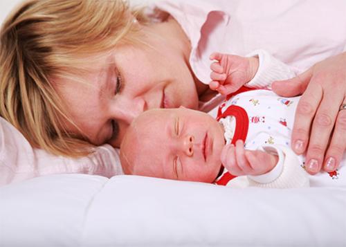 صورة نوم الرُضّع في سرير الأم قد يكون سبباً في الوفاة