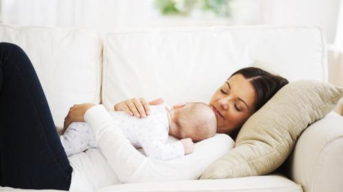 صورة نوم الأطفال على الأريكة يُعرّض حياتهم للخطر