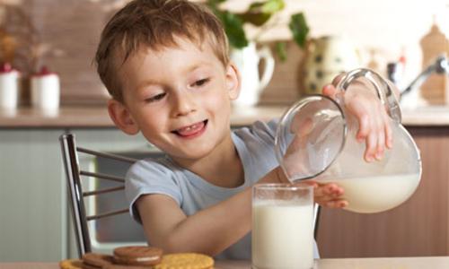 صورة شرب الحليب يساعد في انخفاض مشاكل التقدم في العمر
